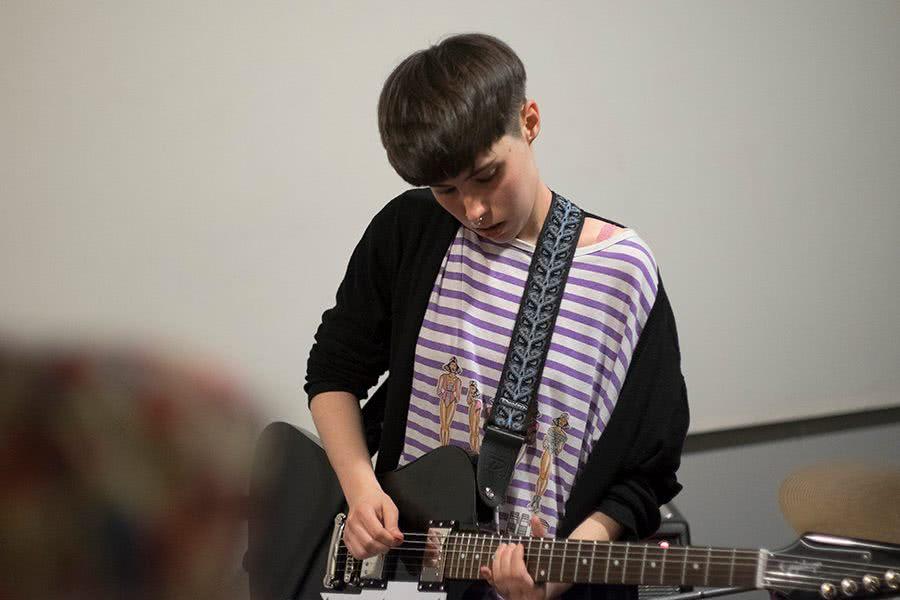 Marta tocando en el local de Agnes. Foto: Sara Navarro.